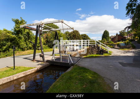 A hydraulic lift bridge on the Llangollen canal, Froncysyllte - Stock Photo