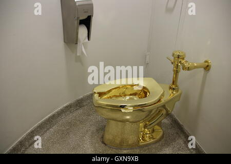 Manhattan, New York City, USA. 16th Sep, 2016. The fully functional 'America' toilet made from 18-karat gold has been opened in the Guggenheim Museum in Manhattan, New York City, USA, 16 September 2016. The toilet can and is to be used, but was also designed to be an artwork by Italian artist Maurizio Cattelan. Photo: CHRISTINA HORSTEN/dpa/Alamy Live News
