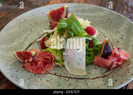 Fresh salad with figs, prosciutto and goat cheese - Stock Photo