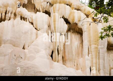 Saeulenartiger Travertin am Fosso Bianco, Bagni San Filippo, Italien, Toskana | travertine stone at Fosso Bianco, - Stock Photo