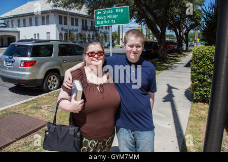 Justin Carter's Mother Jennifer and his brother stand outside Wylie Courthouse in Texas - Stock Photo