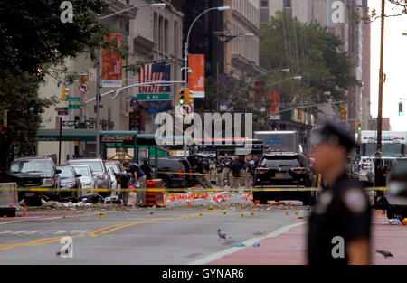 Manhattan, New York, USA.  18th Sep, 2016. Police, and law enforcement personnel from various agencies examine the - Stock Photo