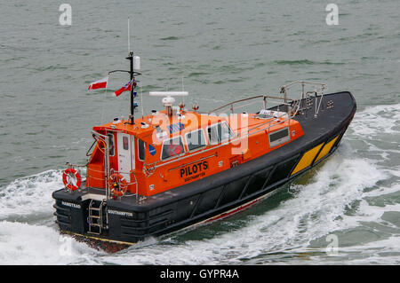 Pilot vessel returning to Portsmouth. - Stock Photo