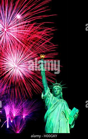 Freiheitsstatue bei Feuerwerk in Manhattan, USA, New York City | Statue of Liberty at fireworks in Manhatten, USA, - Stock Photo