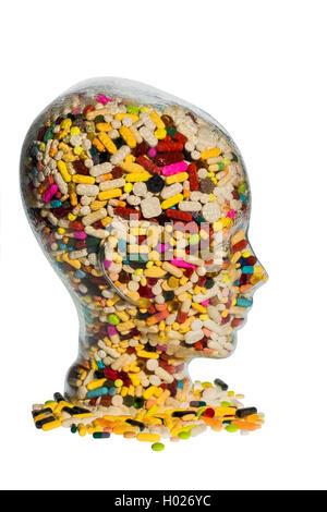Kopf aus Glas mit Tabletten gefuellt. Symbolphoto fuer Medikamente, Tablettenmissbrauch und Tablettensucht | head - Stock Photo