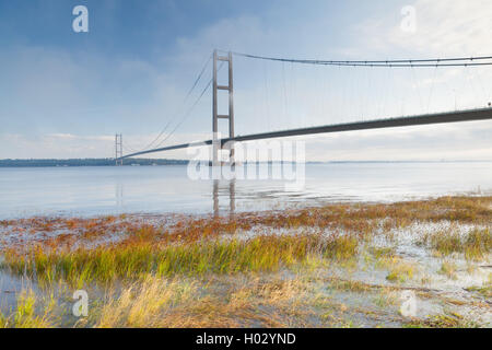 The Humber Bridge in mist and fog. The bridge links Barton-upon-Humber in North Lincolnshire to Hessle in East Yorkshire. - Stock Photo