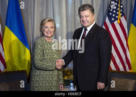 New York City, Usa. 19th Sep, 2016. US Presidential candidate Hillary Clinton (L) and Ukraine's President Petro - Stock Photo