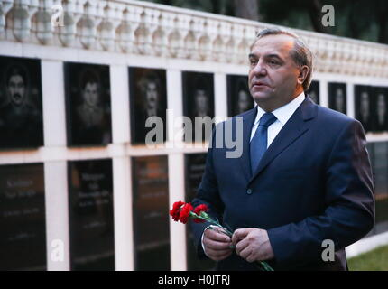 Baku, Azerbaijan. 20th Sep, 2016. Russia's Emergency Situations Minister Vladimir Puchkov lays flowers at the Martyrs' - Stock Photo