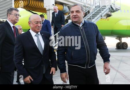Baku, Azerbaijan. 20th Sep, 2016. Azerbaijan's Emergency Situations Minister Kamaladdin Heydarov (L) and Russia's - Stock Photo
