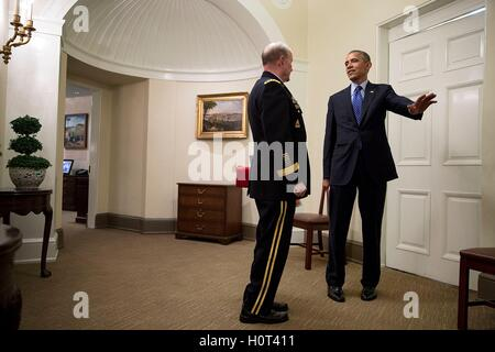 U.S. President Barack Obama talks with Chairman of the Joint Chiefs of Staff Gen. Martin Dempsey outside of the - Stock Photo