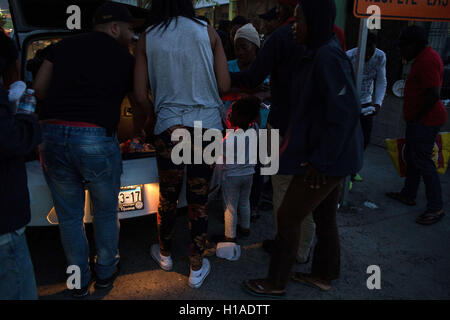 Tijuana, BAJA CALIFORNIA, MEXICO. 19th Sep, 2016. Locals give food and water to Haitian and African migrants seeking - Stock Photo