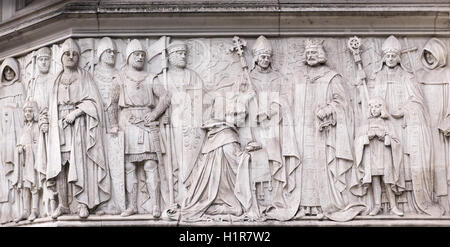 Stone carvings on the outside wall of the UK Supreme Court, established in 2009, at Parliament Square, London. - Stock Photo