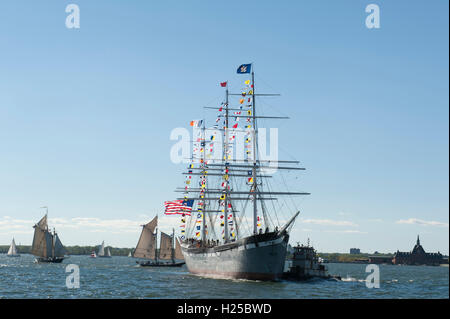 New York, NY, 24 Sept., 2016 — The South Street Seaport Museum's 1885 cargo sailing ship Wavertree returned to her - Stock Photo