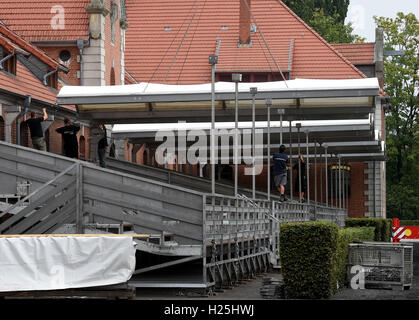 Celle, Germany. 16th Sep, 2016. A roof for the stands is being constructed at the Lower Saxonian state stud in Celle, - Stock Photo