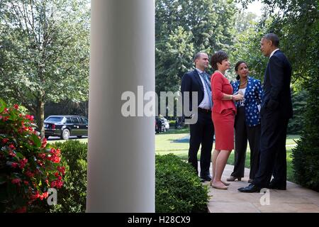 U.S. President Barack Obama talks with National Security advisors outside the White House Oval Office during the U.S.-Africa Business Forum August 5, 2014 in Washington, DC.