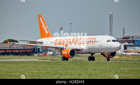 easyJet Airbus a320 G-EZUZ taking off from London Luton Airport LTN. - Stock Photo