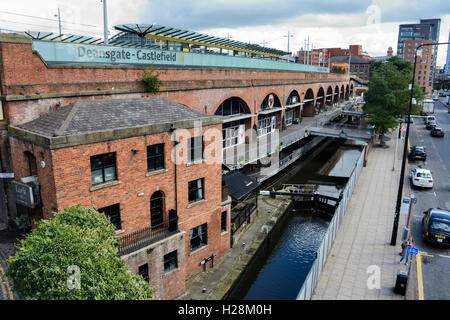 Rochdale canal passing through Deansgate Locks in Manchester city centre. - Stock Photo