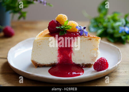 Vanilla cheesecake with raspberry coulis - Stock Photo