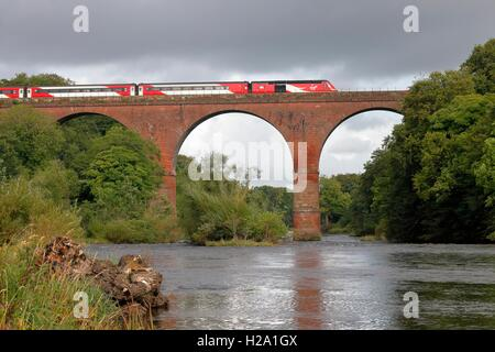 Wetheral Viaduct, Cumbria, UK. 25th September 2016. Virgin InterCity 125 crossing Wetheral Viaduct over the River - Stock Photo