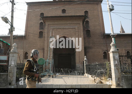 Srinagar, Indian-controlled Kashmir. 28th Oct, 2016. An Indian paramilitary trooper stands guard outside Jamia Masjid - Stock Photo