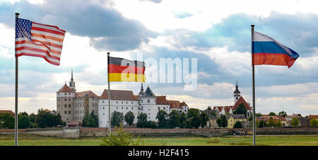 Torgau, Germany. 22nd Aug, 2016. The flags of the US (l-r), Germany and Russia in front of Hartenfels castle in - Stock Photo