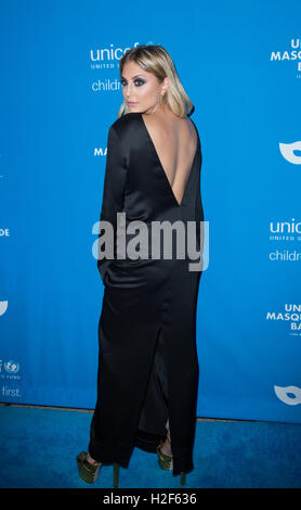 Los Angeles, USA. 27th October, 2016. Cassie Scerbo attends the 4th Annual UNICEF Masquerade Ball at Clifton's Cafeteria - Stock Photo