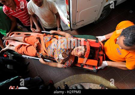 Kathmandu, Nepal. 27th Sep, 2016. Hospital staffs carrying an injured passenger towards Tribhuwan university teaching - Stock Photo