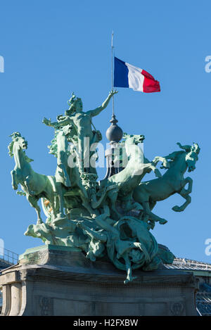 L'Harmonie triomphant de la Discorde, one of the two quadriga by Georges Récipon at the grand palais in paris - Stock Photo