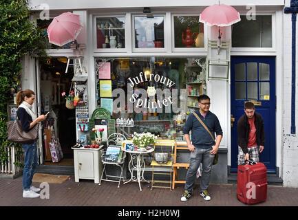 Juffrouw Splinter  swap bazaar  Prinsengracht Jordaan Amsterdam Netherlands  ( Chinese Asian airbnb tourist ) - Stock Photo