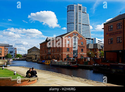 The canal basin of the Leeds & Liverpool Canal, Granary Wharf, Leeds, West Yorkshire, England UK Stock Photo