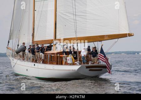 Singer Jimmy Buffett (white shirt), tries his hand at the helm of the U.S. Naval Academy training sailboat Summerwind - Stock Photo