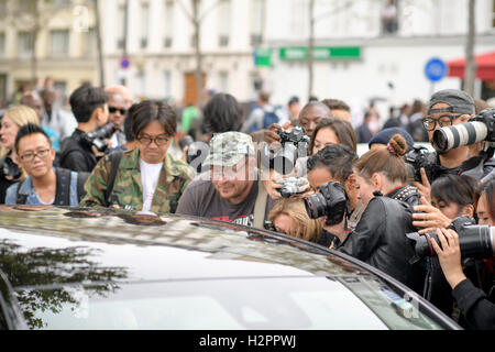 Paris, France. 30th Sep, 2016. Fans swamp American fashion Supermodel Karlie Kloss as she departs the Christian - Stock Photo