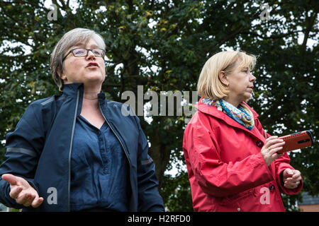 London, UK. 1st October, 2016. Caroline Russell, Green Party London Assembly Member, addresses environmental activists - Stock Photo