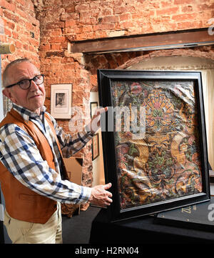 Celle, Germany. 16th Sep, 2016. Hans-Heinrich Stumpf presents a gilded leather wallpaper from the 18th century in - Stock Photo