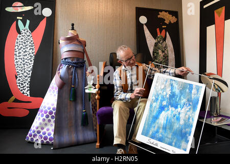 Celle, Germany. 16th Sep, 2016. Hans-Heinrich Stumpf looks at an Italian wallpaper sketch at the local museum 'Wandliebe' - Stock Photo