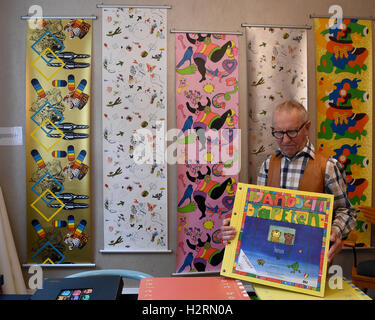 Celle, Germany. 16th Sep, 2016. Hans-Heinrich Stumpf presents a wallpaper catalogue by illustrator Janosch at the - Stock Photo