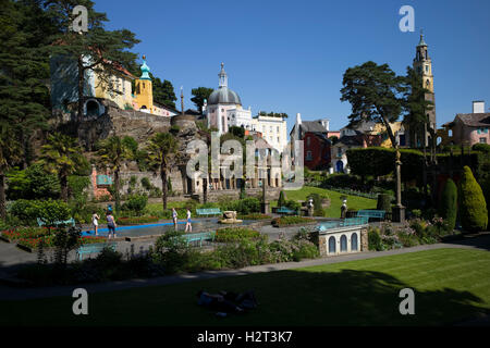 'Cooling-off' in the Italianate village of Portmeirion, Gwynedd, North Wales, UK - Stock Photo