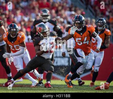 Florida, USA. 2nd Oct, 2016. LOREN ELLIOTT | Times .Tampa Bay Buccaneers running back Jacquizz Rodgers (32) picks - Stock Photo
