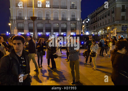 Madrid, Madrid, Spain. 22nd May, 2015. Residents and tourists stroll through Puerta del Sol on a clear evening in - Stock Photo