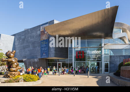 A group of elementary school students on a school field trip enters the Hunter Museum of American Art in Chattanooga, - Stock Photo