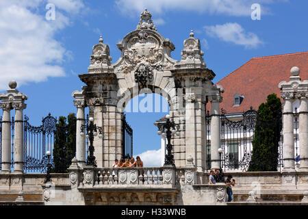 Habsburger Tor zwischen Burgpalast und Sandor-Palais auf dem Burghuegel von Buda in Budapest, Mittelungarn, Ungarn - Stock Photo