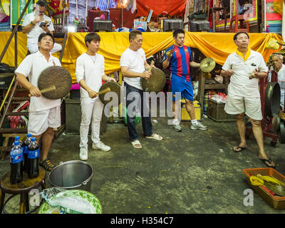 Bangkok, Bangkok, Thailand. 4th Oct, 2016. Thai Chinese men participate in a traditional cymbal playing circle in - Stock Photo