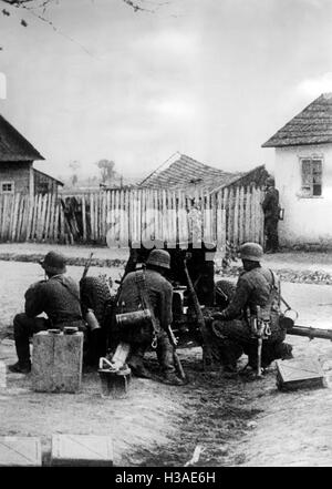 German infantry with anti-tank gun on the Eastern Front, 1941 - Stock Photo
