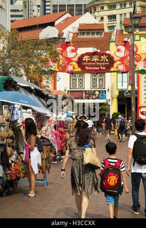 Singapore, Chinatown, Pagoda Street, visitors in pedestrianised road - Stock Photo