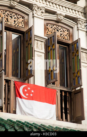 Singapore, Chinatown, Amoy Street, windows of traditional shophouse, with national flag - Stock Photo