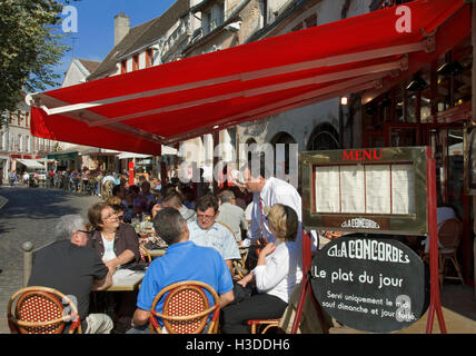 Visitors enjoying an alfresco terrace meal at La Concorde restaurant in the centre of Beaune  Burgundy Cote d'Or - Stock Photo