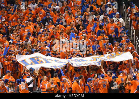 Flushing, New York, USA. 5th Oct, 2016. Mets fans MLB : New York Mets fans cheer before the National League Wild - Stock Photo