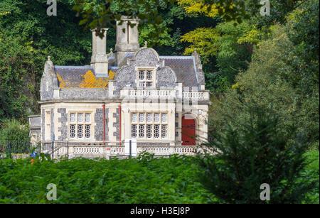 Swanbourne Lodge Tearooms, a split flintstone building at Swanbourne Lake in Arundel, West Sussex, England, UK. - Stock Photo