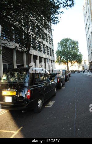 Taxis waiting for hire, Tower Hill, London, UK. - Stock Photo