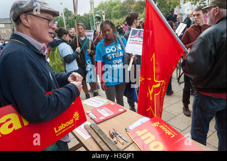 London, UK. 8th October 2016. A Labour Party member came with a stall to the stand of the protest against the policies - Stock Photo